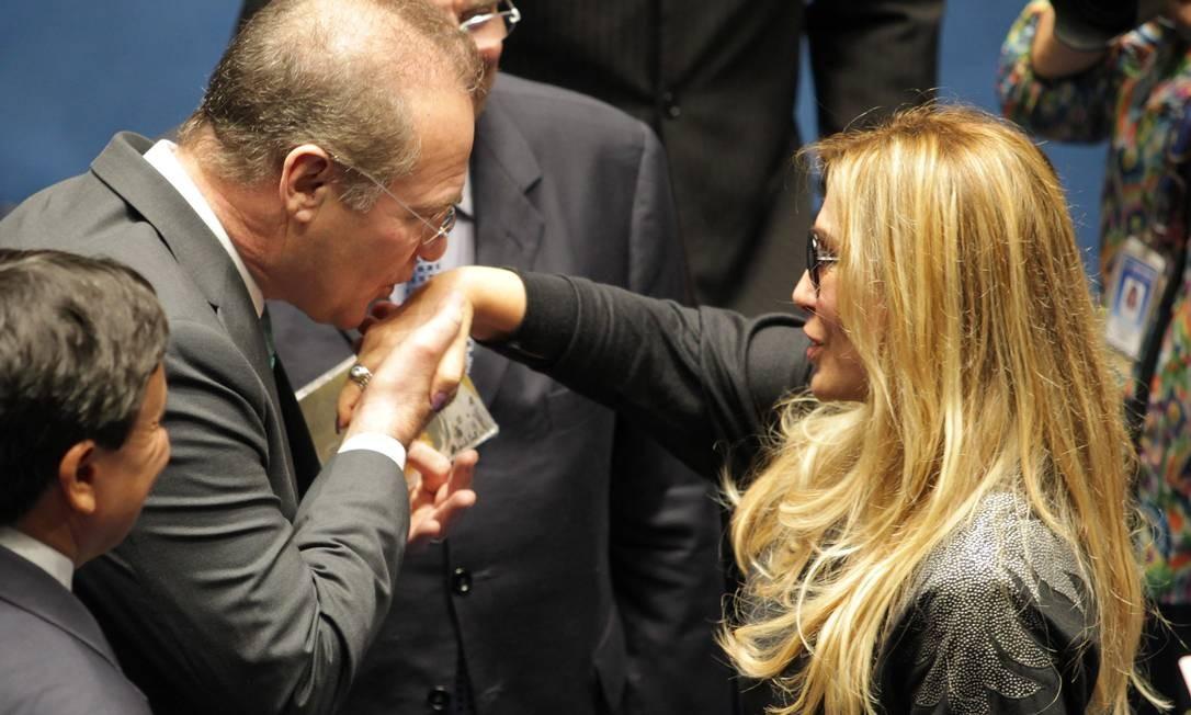Em sessão do Congresso Nacional para promulgação da PEC da Música, Renan Calheiros beija a mão da cantora Rosemary Foto: Ailton de Freitas / Agência O Globo