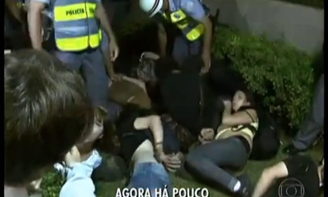 Manifestantes são detidos em São Paulo Foto: TV Globo / Reprodução de vídeo