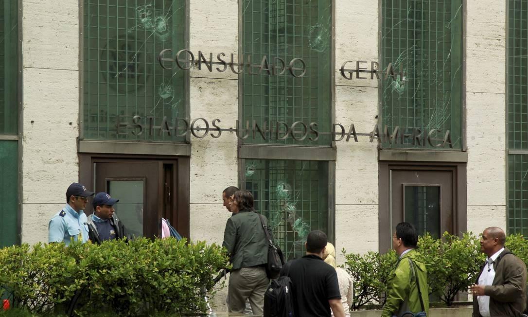 Vidraças do Consulado dos Estados Unidos foram quebradas Foto: Gabriel de Paiva / Agência O Globo