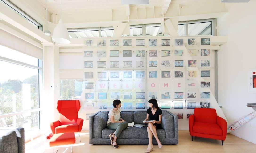 Mais uma sala com poltronas confortáveis onde funcionários podem se encontrar durante o horário de trabalho, com direito a exposição à luz solar Foto: Divulgação