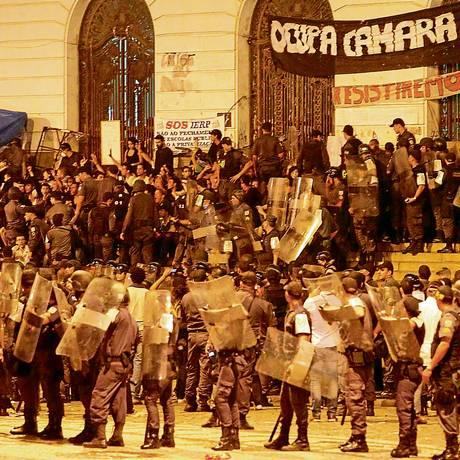 Grupo que se reuniu na escadaria da Câmara de Vereadores foi totalmente cercado por policiais militares Foto: Alexandre Cassiano / Agência O Globo