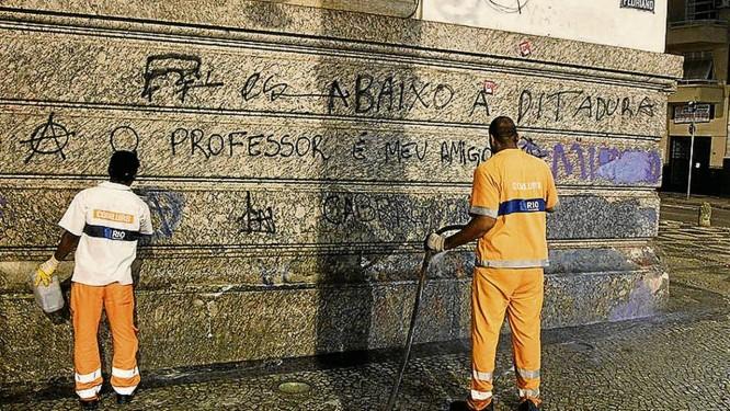 Garis limpam as pichações no prédio da Câmara dos Vereadores Foto: Agência O Globo / Fernando Quevedo