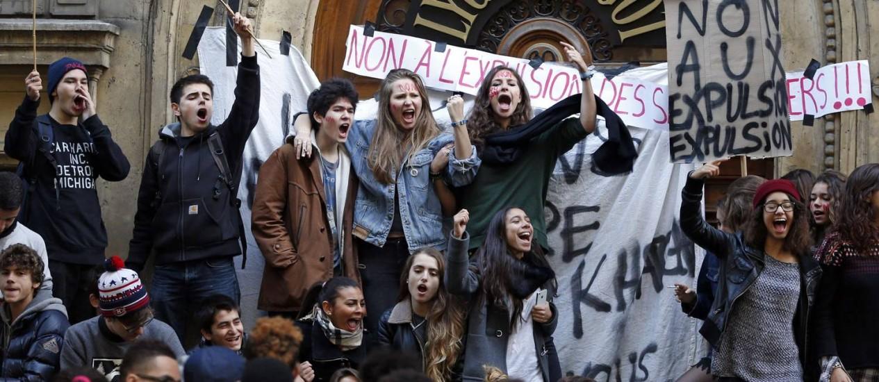 Estudantes do ensino médio protestam em frente ao seu Liceu Turgot em Paris Foto: CHARLES PLATIAU / Reuters