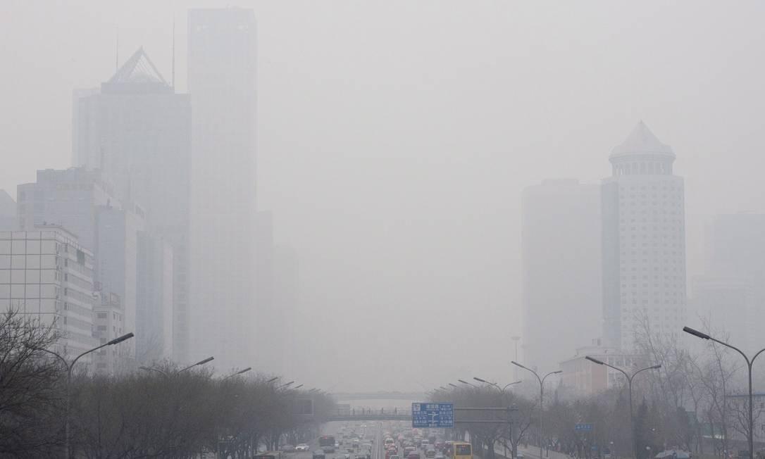 Cena comum: névoa de poluentes cobre Pequim Foto: Gilles Sabrie/The New York Times