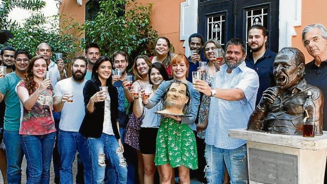 """Em festa. Bernardo Vilhena (à direita) e Pedro Berwanger (ao lado da estátua) junto à """"família Bukowski"""" Foto: Gustavo Stephan / Gustavo Stephan"""