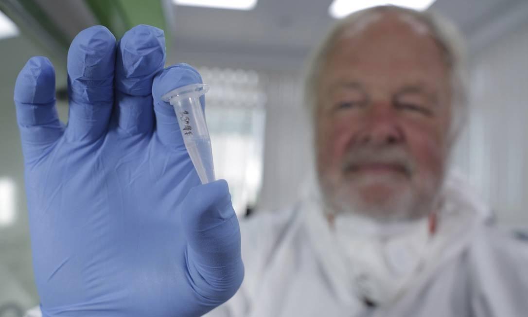 Bryan Sykes, geneticista de Oxford, mostra o cabelo a partir do qual achou ligações genéticas entre o Yeti e ancestrais do urso polar Foto: Production Company / AP