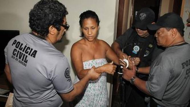 Mônica Generosa da Silva é presa em Magalhães Bastos, durante Operação Cruzamento Foto: Fernando Quevedo / Agência O Globo