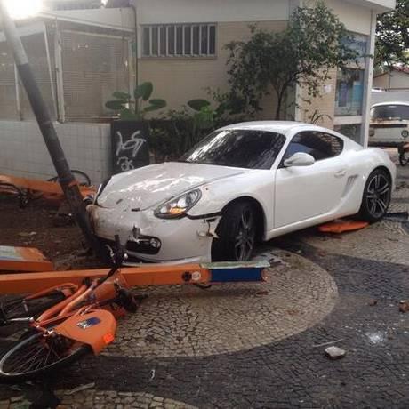 Porsche invade calçada em Copacabana Foto: Foto do leitor Leandro Caram / Twitter