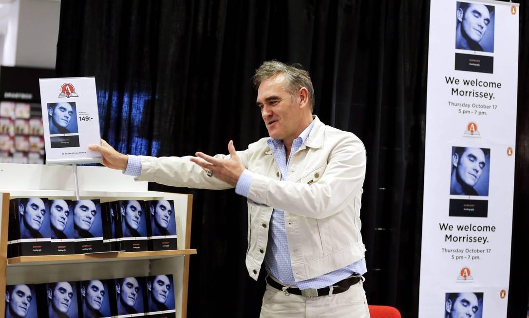 Morrissey mostra a sua autobiografia em noite de autógrafos em uma livraria da Suécia Foto: TT NEWS AGENCY / REUTERS