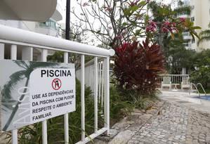 A placa que faz advertência contra a falta de pudor está localizada em frente à piscina, na área de lazer do condomínio Foto: Camilla Maia/Agência O Globo