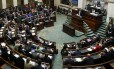 Parlamento belga durante discurso do primeiro-ministro Elio Di Rupo