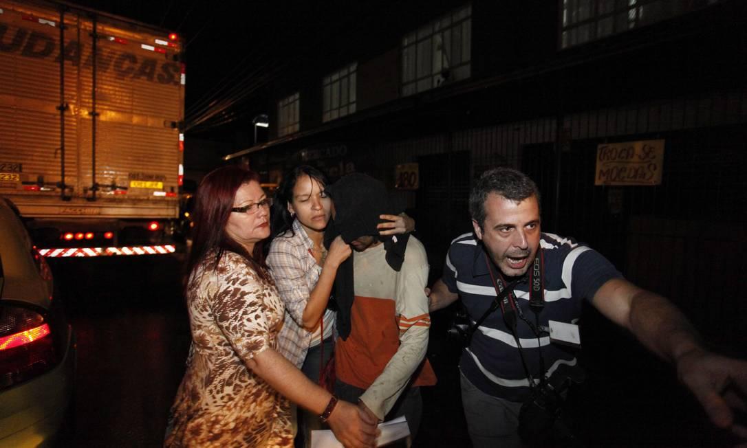 Familiares escondem rostos de presos, libertados na sexta do Complexo de Gericinó Foto: Pablo Jacob / Agência O Globo