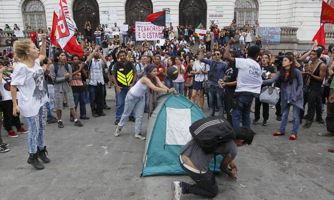 Em protesto contra prisões, professores ocupam a escadaria da Câmara Foto: Pedro Kirilos / Agência O Globo