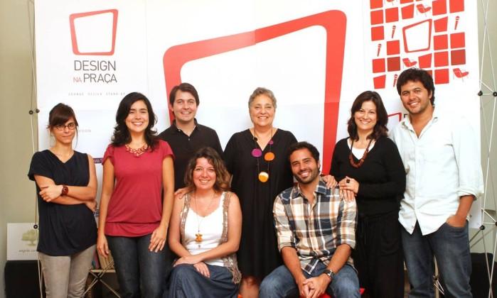 Angela Carvalho e a sua equipe na edição 2012 do evento Design na Praça Foto: Bia Guedes:Bianca Guedes / Agência O Globo