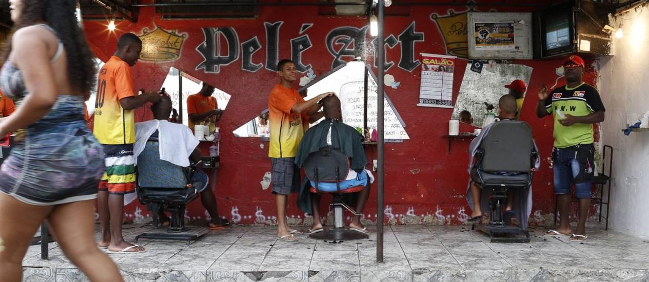 Salão Pelé Art em Guadalupe costuma ter fila nos fins de semana Foto: Daniela Dacorso / Agência O Globo