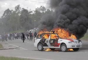 Carros da polícia e da imprensa foram incendiados durante o protesto Foto: Eliaria Andrade / Agência O Globo