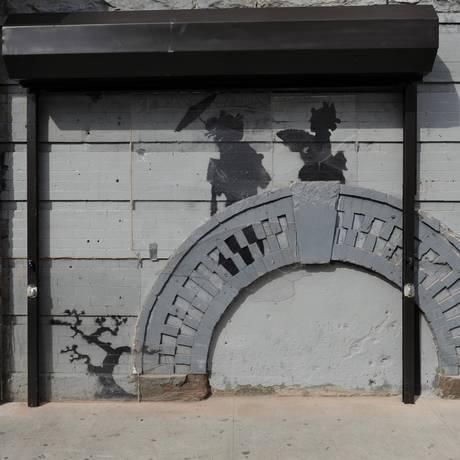 Grafite de Banksy em prédio no Brooklyn ganha grade de proteção e segurança Foto: Alyssa Goodman / AP