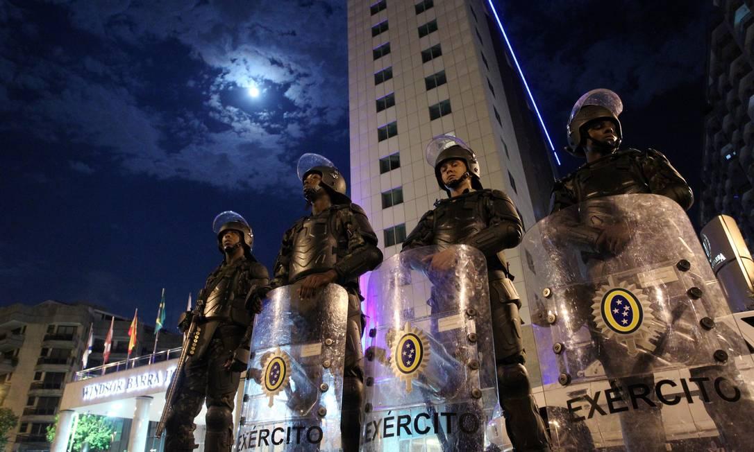 Homens do Exército fazem o reforço na segurança em frente ao Hotel Windsor para leilão do pré-sal do Campo de Libra Foto: Fernando Quevedo / Agência O Globo