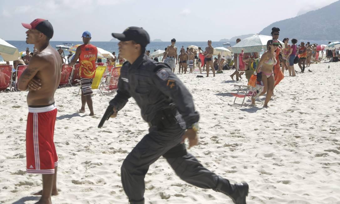 Príncipio de tumulto e tentativa de furto no Arpoador Foto: Fábio Seixo / Agência O Globo