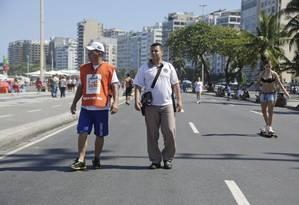 De olho. Fiscais do Lixo Zero percorrem a orla de Copacabana: o bairro é o segundo com mais multas Foto: Fábio Seixo