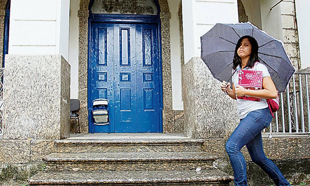A estudante Rayane Florêncio, de 17 anos, que deixou o emprego numa pizzaria para se dedicar ao Enem Foto: Gustavo Miranda / Agência O Globo