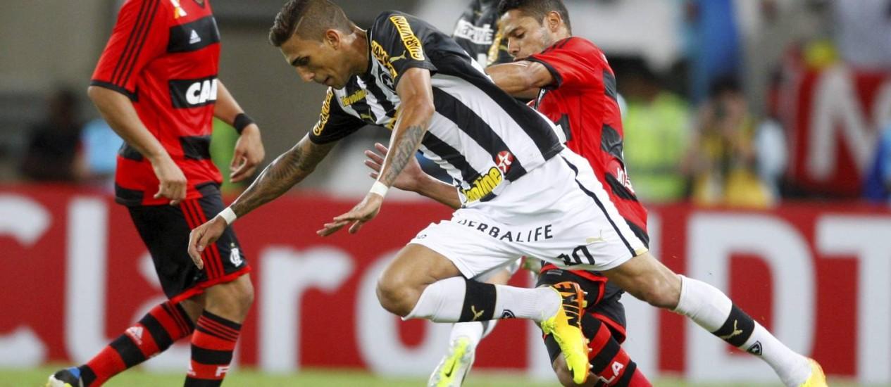 No jogo de ida, Botafogo e Flamengo ficaram no 1 a 1 Foto: Marcelo Carnaval / O Globo
