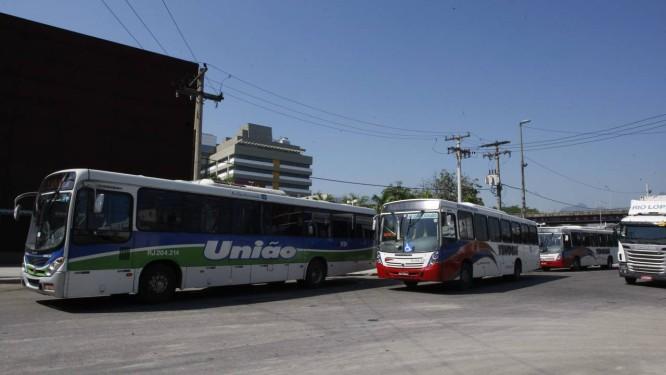 Ônibus no novo terminal rodoviário junto ao Into Foto: Marcos Tristão / O Globo