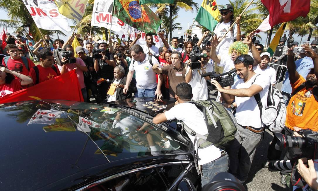 Manifestantes impedem um carro oficial de chegar ao Hotel Windsor, na Barra da Tijuca, para o leilão do campo de Libra Pablo Jacob / Agência O Globo