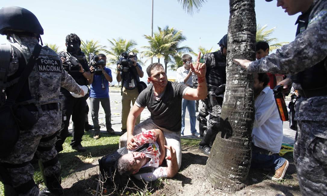 Manifestantes ficaram feridos em confronto com a PM Pablo Jacob / Agência O Globo