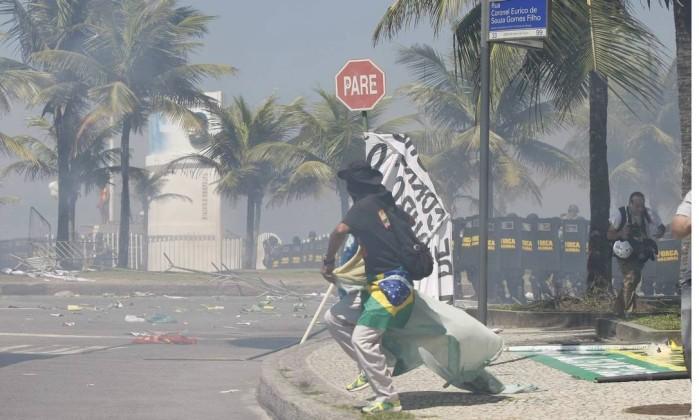 Manifestantes e policiais se enfrentam próximo ao hotel na Barra da Tijuca Pablo Jacob / Agência O Globo