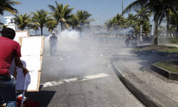 Polícia usa gás lacrimogêneo para dispersar os manifestantes Pablo Jacob / Agência O Globo