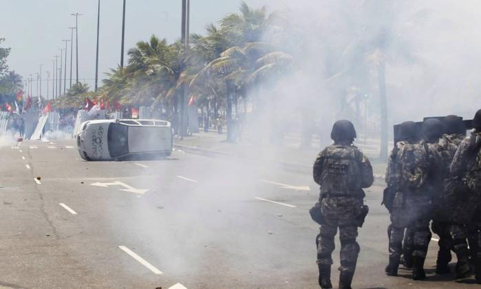 Carro da TV Record foi virado e depredado durante a manifestação Domingos Peixoto / Agência O Globo