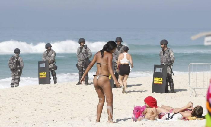 Soldados da Força Nacional montaram barreiras na praia próximo ao hotel Pablo Jacob / Agência O Globo