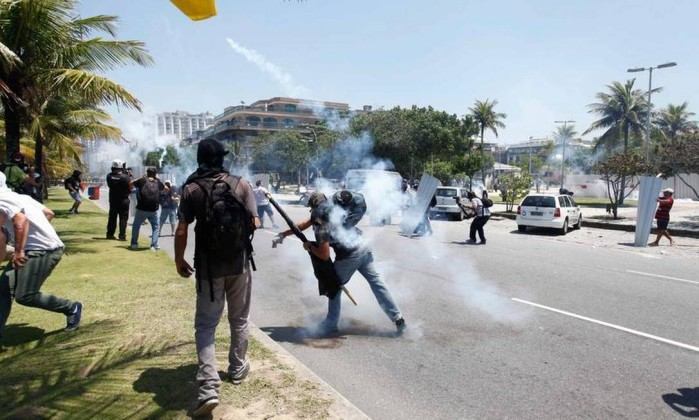 Manifestantes entram em choque com policiais antes do leilão do campo de Libra Pablo Jacob / Agencia O Globo