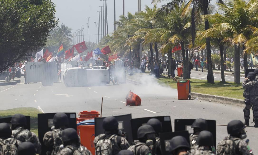 Manifestantes enfrentam policiais na Av. Lúcio Costa na Barra da Tijuca Domingos Peixoto / Agência O Globo