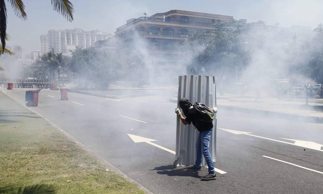 Manifestantes enfrentam a polícia na Avenida Lúcio Costa, na Barra da Tijuca Pablo Jacob / Agência O Globo