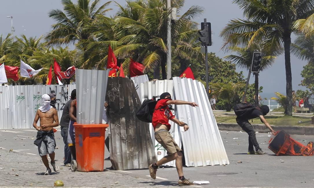 Manifestantes entram em choque com a polícia na Barra da Tijuca Domingos Peixoto / Agência O Globo