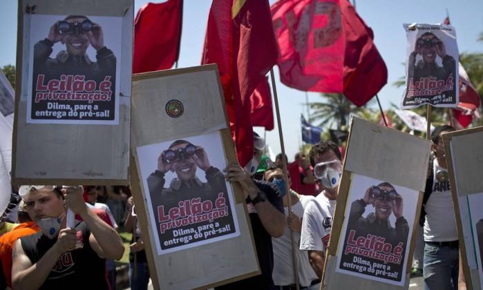 Com foto do presidente dos EUA, Barack Obama, manifestantes protestam contra leilão de Libra Felipe Dana / AP