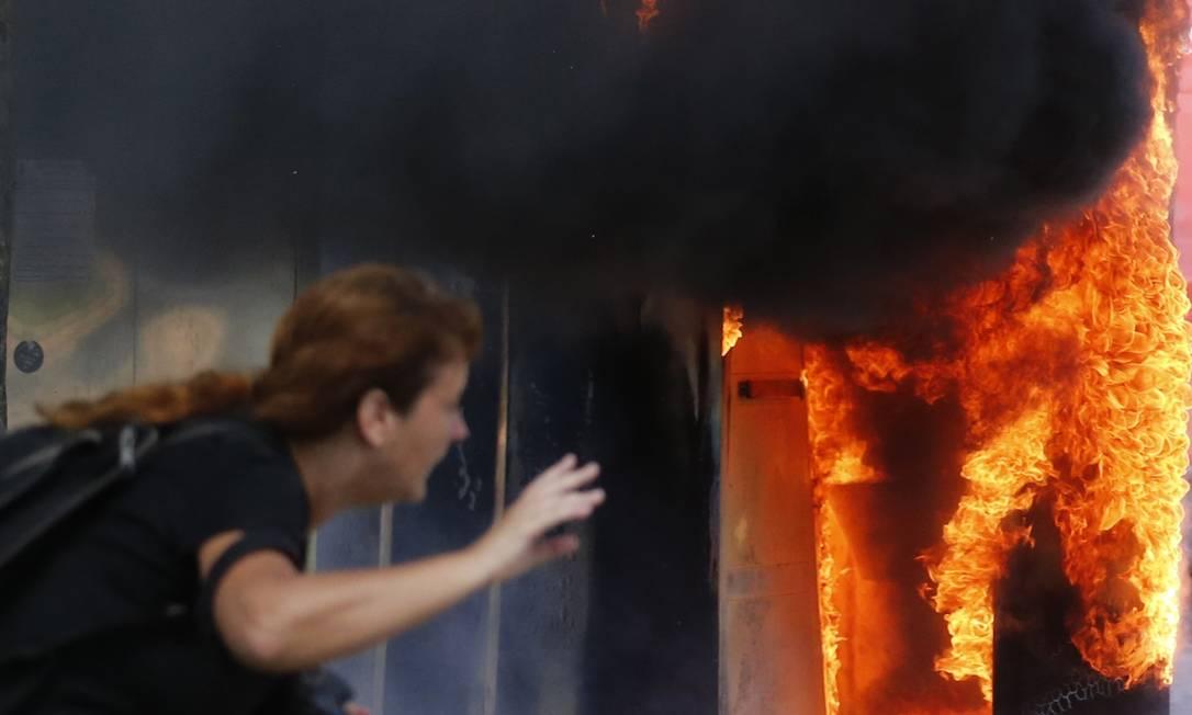 Manifestantes colocam fogo em um banheiro químico, durante choques com a polícia na Barra da Tijuca SERGIO MORAES / REUTERS