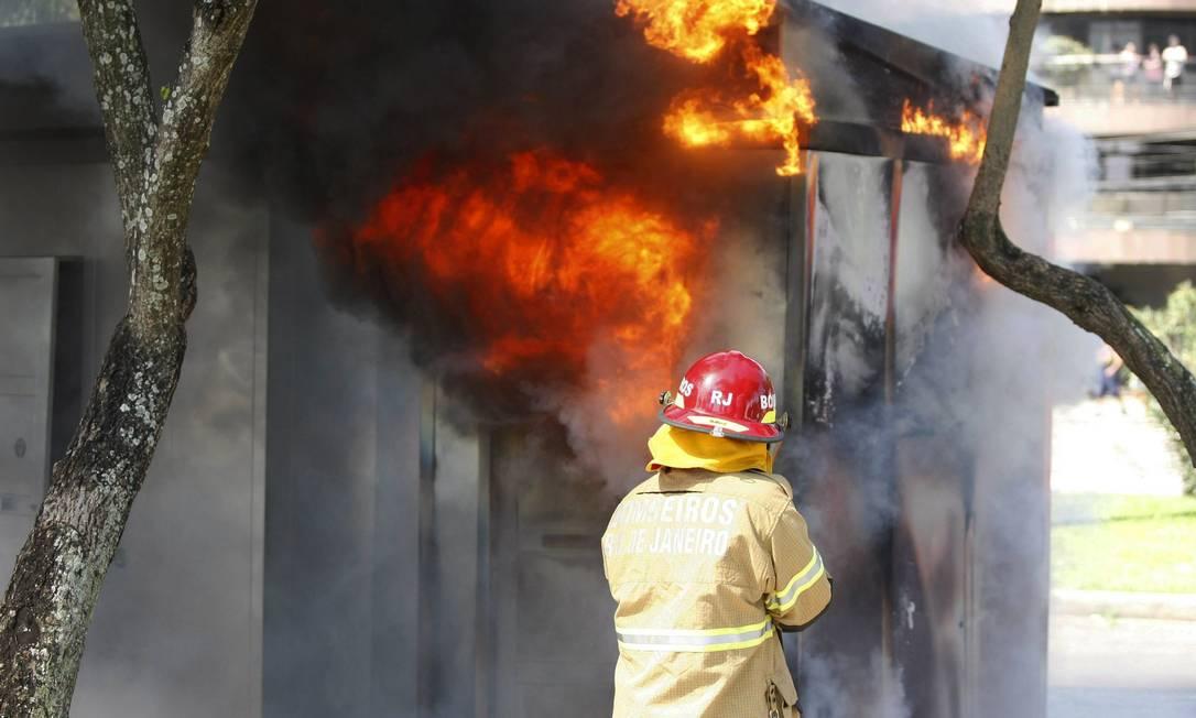 Manifestantes colocam fogo em um banheiro químico de metal durante confronto com policiais Agência O Globo