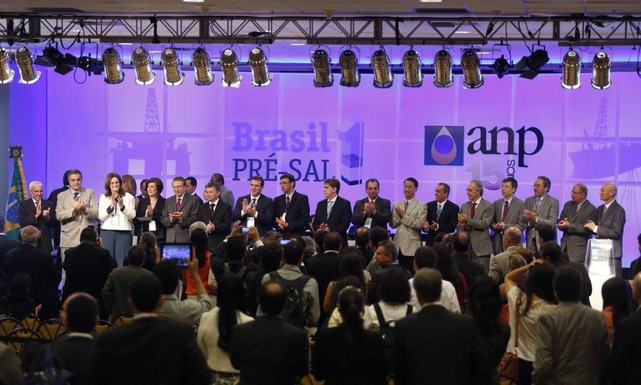 Autoridades e representantes de empresas comemoram o resultado do leilão Foto: Fabio Rossi / Agência O Globo