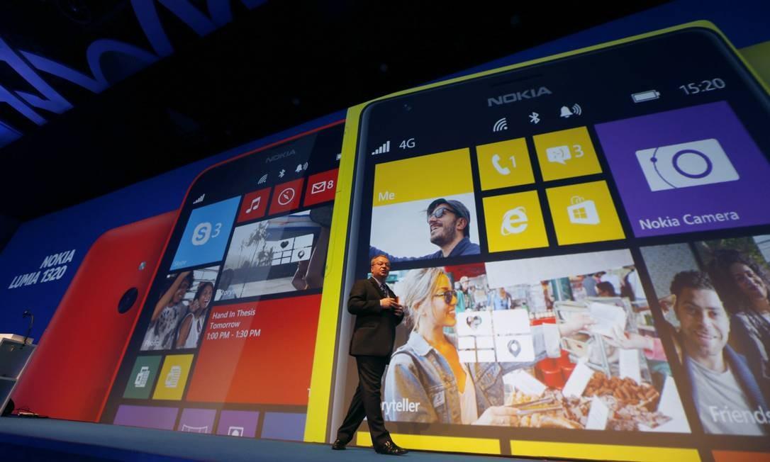 Ex-diretor executivo da Nokia Stephen Elop apresenta os novos produtos Foto: STRINGER / REUTERS
