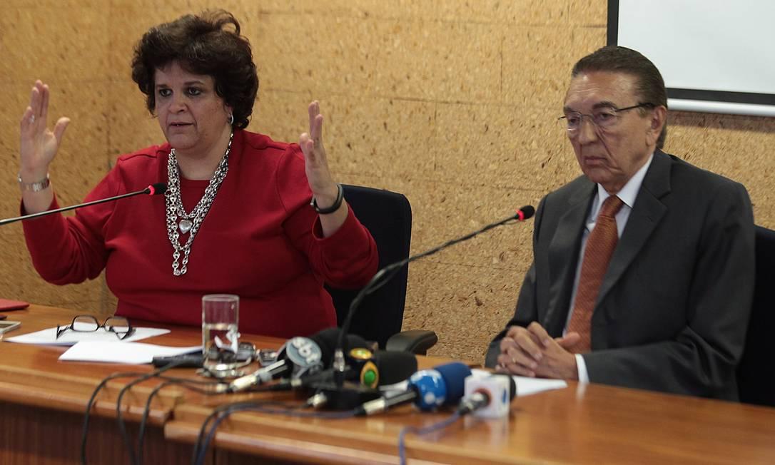 A ministra Izabella Teixeira (Meio Ambiente) e o ministro Edison Lobão (Minas e Energia) Foto: André Coelho / Agência O Globo