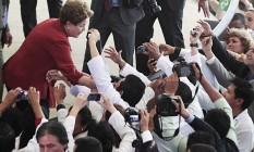 No Palácio do Planalto, Dilma cumprimenta os médicos participantes do programa federal: clima de campanha Foto: Jorge William/O Globo