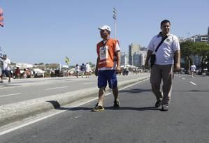 Equipe do Programa Lixo Zero em operação no dia 20 na orla de Copacabana Foto: Fábio Seixo / Agência O Globo