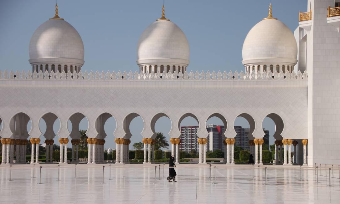 Pátio central da Grande Mesquita Xeque Zayed, em Abu Dhabi Foto: Eduardo Maia / Agência O Globo