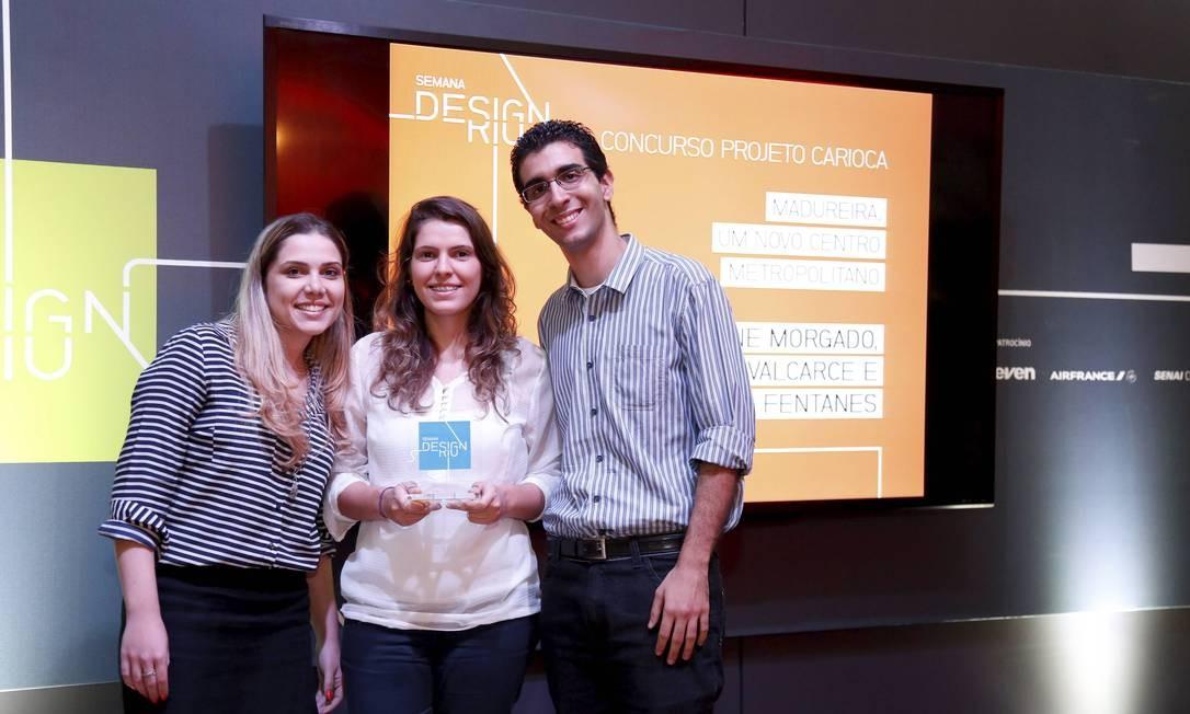 Jovens premiados com o projeto 'Madureira, um novo centro metropolitano': Sabrina Fentanes (à esquerda), Aline Morgado (ao centro) e Pedro Valcarce (à direita) Foto: Mônica Imbuzeiro / O Globo