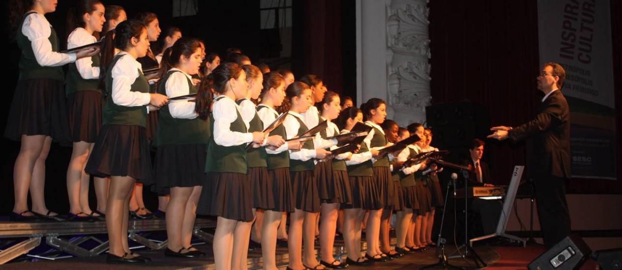 Coral das Meninas dos Canarinhos de Petrópolis, do Colégio São José, está complentando 25 anos Foto: Divulgação / 3 Com