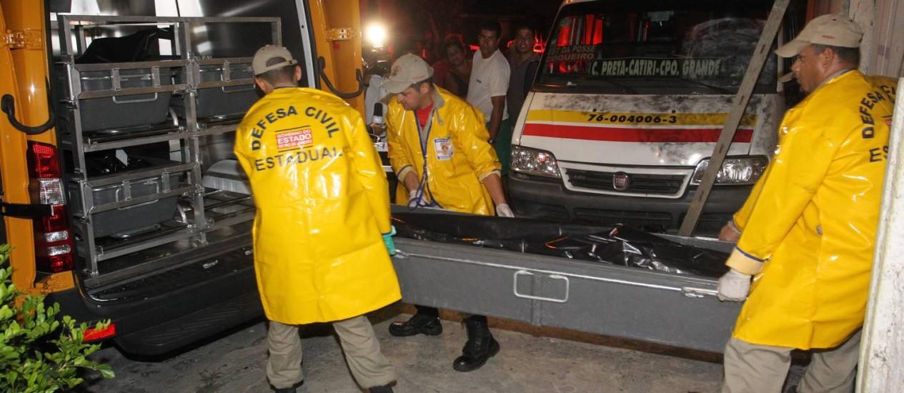 Corpos das vítimas da chacina são levados para o IML Foto: Fernando Quevedo / Agência O Globo