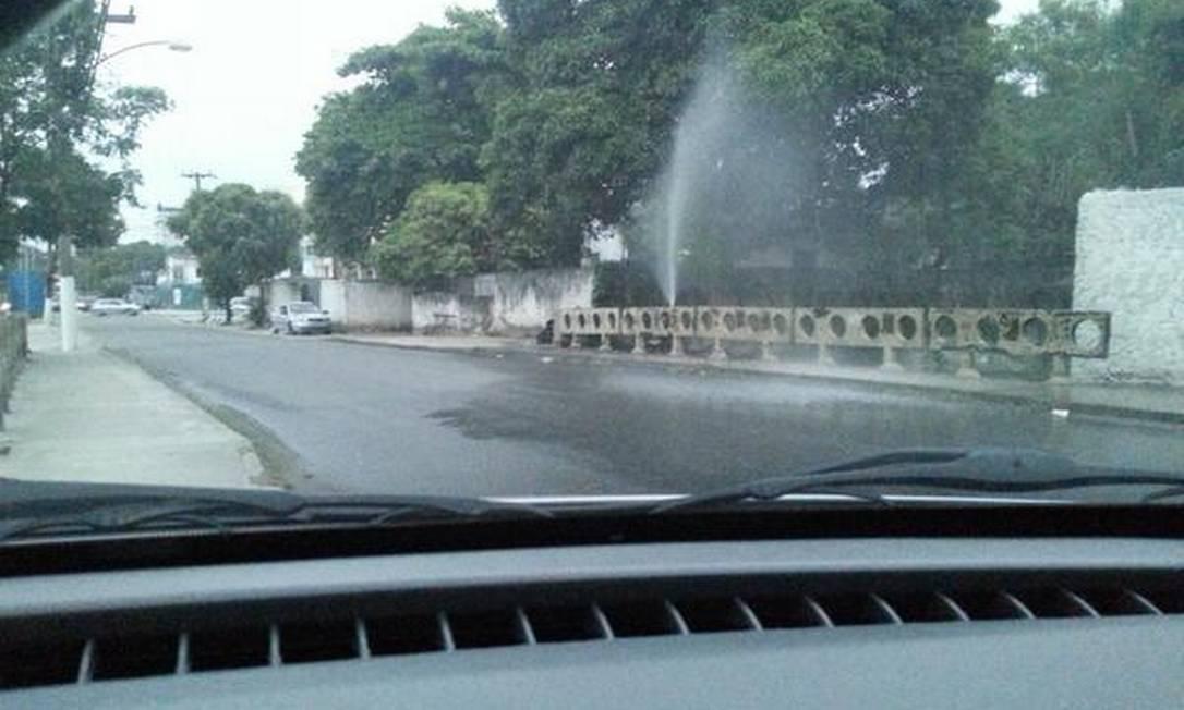 Vazamento na Rua André Rocha pode ter sido causado pela força da pressão da água Foto: Fábio Peralta